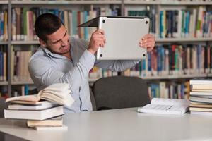 wütender Student will seinen Laptop kaputt machen