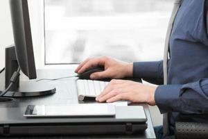 Büroarbeit auf einem PC. foto