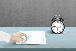 Berühren des Handshake-Symbols auf dem Tablet foto
