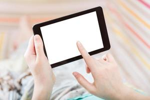 Mädchen, das Tablet-PC mit ausgeschnittenem Bildschirm berührt foto