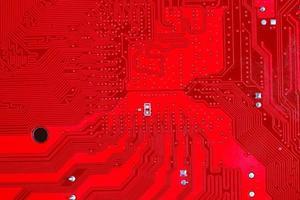 Nahaufnahme der roten elektronischen Hauptplatinenschaltung mit Prozessor