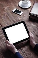 Frauenhand drückt auf Bildschirm digitales Tablet foto