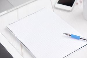 Arbeitsplatzgeschäft. leeres leeres Notizbuch, Laptop, Tablet-PC, Mob