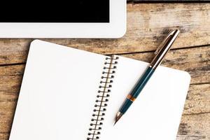 Arbeitsplatz mit digitalem Tablet foto