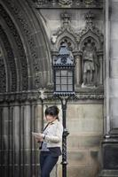 asiatischer weiblicher Stadtreisender mit digitalem Tablett