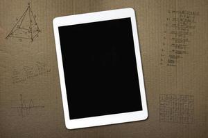 Tablette und Skizzen auf Karton foto