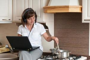 Kochen und Arbeiten von zu Hause aus foto
