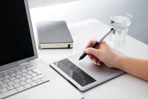 Grafikdesigner arbeitet an digitalem Tablet