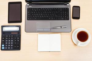 Geschäftsstillleben - Draufsicht auf Arbeitstisch