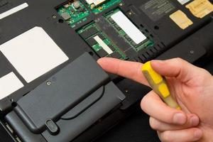 Nehmen Sie die Festplatte aus dem Laptop foto