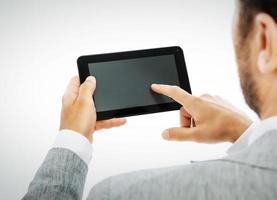 männliche Hände, die einen Tablet-PC halten, einschließlich Beschneidungspfad foto