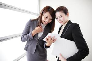 Geschäftsfrauen schauen und lächeln Gespräch foto