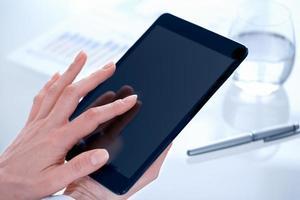 Geschäftsfrau mit digitalem Tablet-PC im Büro foto