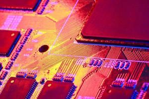 Goldgelb mit rotem Licht des elektronischen Computer-Motherboards