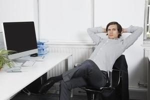 junges Geschäft im Büro foto