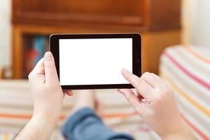 Mann, der Tablet-PC mit ausgeschnittenem Bildschirm berührt foto