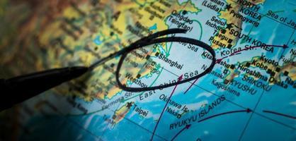 schwarzer Stift kreist Shanghai auf einer Karte ein foto