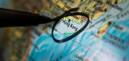 schwarzer Stift kreist Hongkong auf einer Karte ein