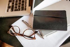 Laptop und Tablet auf dem Tisch foto