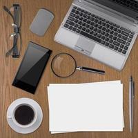 Arbeitsplatzelemente auf hölzernem Hintergrund
