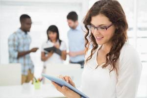 lächelnde Geschäftsfrau mit Tablet-PC foto