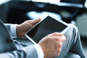 Geschäftsmann, der digitales Tablett hält