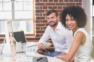 lächelnde Bildbearbeiter im Büro foto