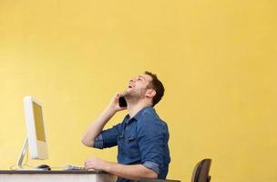 Geschäftsmann am Telefon im Büro foto