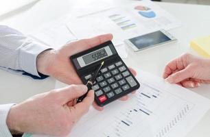 Geschäftsteam arbeitet an Aktiencharts foto