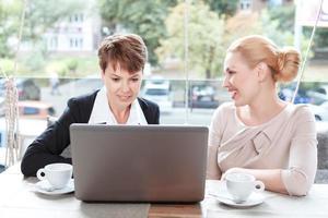 Geschäftsfrauen während eines Geschäftsessens foto