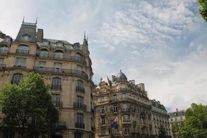 Pariser Architektur gegen einen blauen Himmel silhouettiert foto