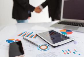 Nahaufnahme des Geschäftsteams mit digitalem Tablet mit finanziellen d foto