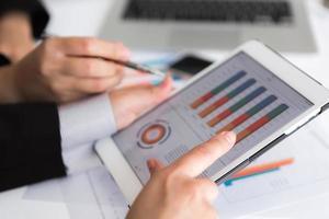 Nahaufnahme des Geschäftsteams mit digitalem Tablet mit Finanzdi foto