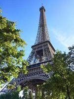 der von Bäumen umgebene Eiffelturm foto