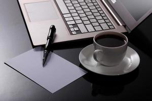 Kaffee am Geschäftsarbeitsplatz foto