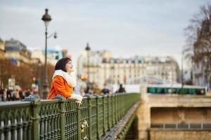 glückliche junge frau in paris foto