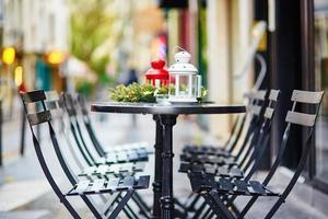 Pariser Outdoor-Café für Weihnachten dekoriert