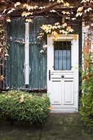 malerische Pariser Gasse im Herbst, Paris, Frankreich foto