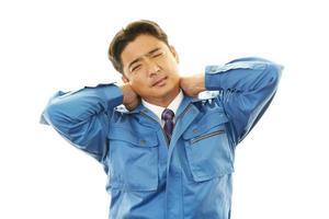 müder asiatischer Arbeiter foto