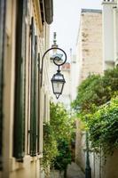 schöne Laterne in einer ruhigen Straße von Paris foto