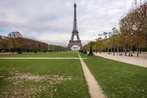 Blick auf den Eiffelturm von Le Champ de Mars. foto