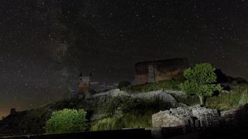 die dunkle Silhouette der mittelalterlichen Burg Hammershus bei Nacht foto