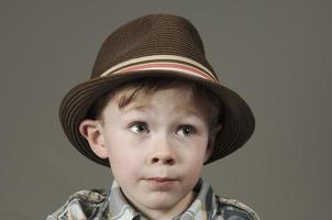 kleiner Junge mit Bestrebungen foto