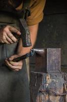 Schmied, der mit seinen Werkzeugen arbeitet