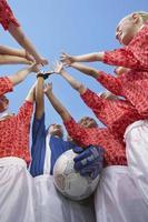 Flachwinkelansicht der weiblichen Fußballmannschaft foto