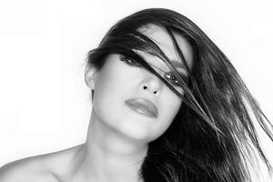 Haare vorgeführt. Schönheitsmodeporträt. Frisur. monochromes Porträt foto