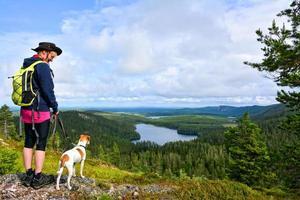 Frau, die mit Hund wandert