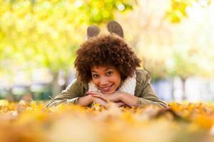 Herbst-Außenporträt einer jungen Afroamerikanerfrau