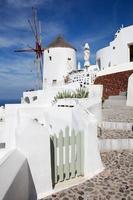 Santorini - die Ailse und Windmühle in Oia. foto