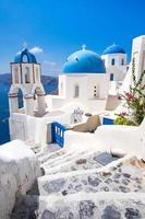 Panoramablick auf traditionelle kykladische weiße Häuser und blaue Kuppeln